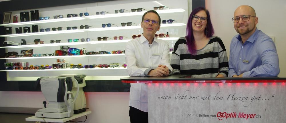 Optik Meyer: Das sind Firmengründer Andreas Meyer (links), Mitarbeiterin Monique Schmidlin und der neue Inhaber Marco Wyss.