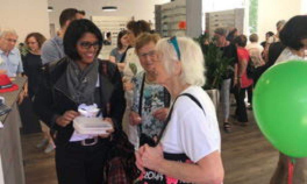 Gäste besichtigen die neue Ladenfläche von Optik Meyer. Links im Bild: Sängerin Sarah-Jane im Gespräch.