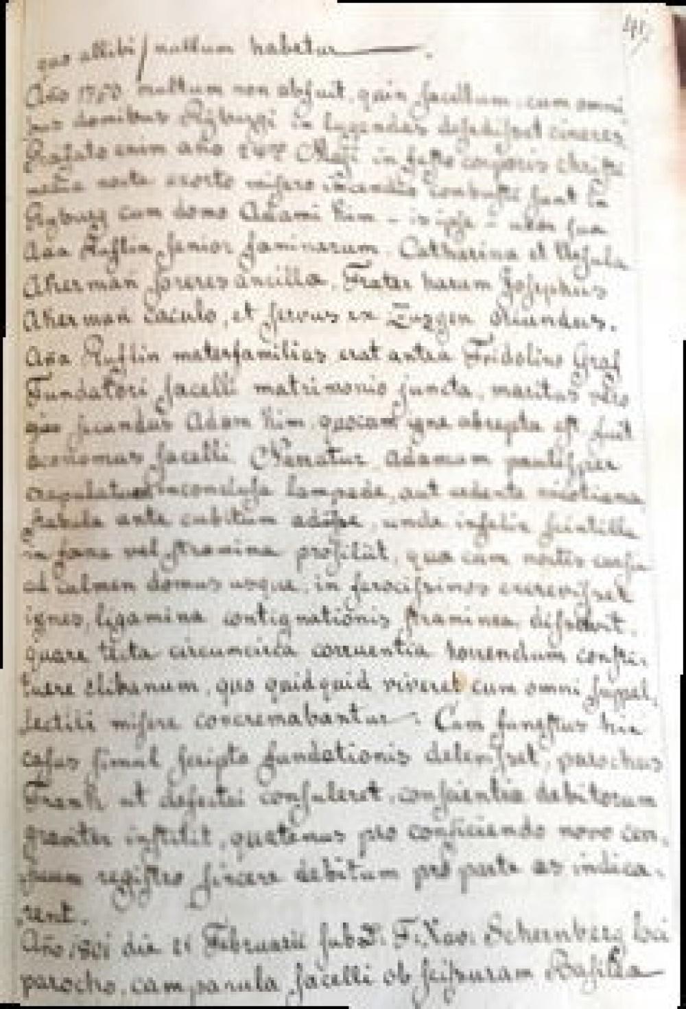 Auszug aus dem «Liber parochialis», in dem auch festgehalten ist, dass man im Dorf darüber spekulierte, ob der Brand im Haus des Stifters durch eine nicht gelöschte Lampe oder eine heruntergefallene Tabakpfeife ausgelöst wurde.