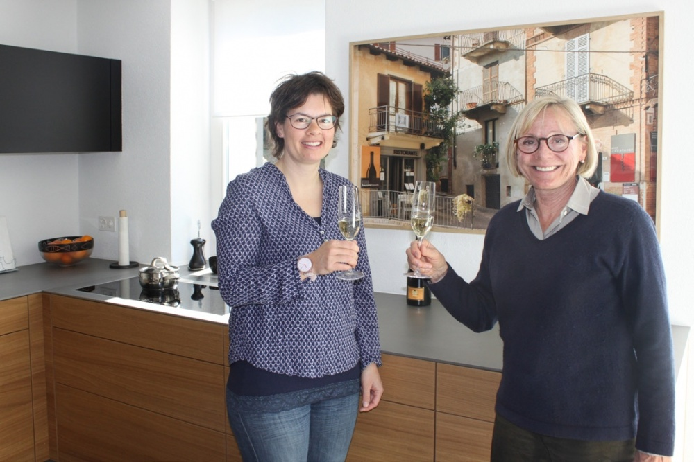 Petra Gasser-Weidmann & Christine Buser freuen sich über die gelungene Traumküche