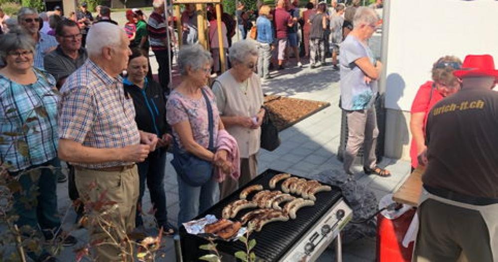 Voller Erfolg: Jeweils mehrere hundert Grillwürste und Crêpes wurden am Eröffnungsfest bei prächtigem Wetter an die zahlreichen Gäste abgegeben.
